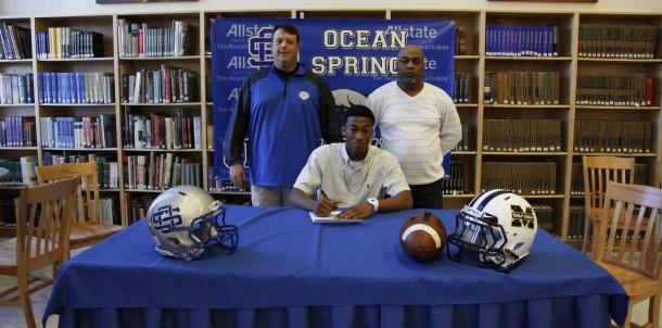 Romelo Riley signs with MGCCC