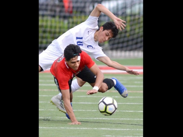 Surging Grizzlies hold off Conway, 2-1