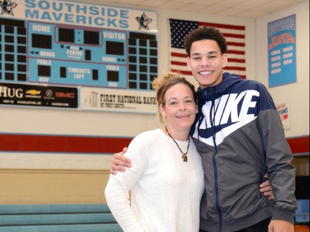Mavericks' Moore has tight bond with mom