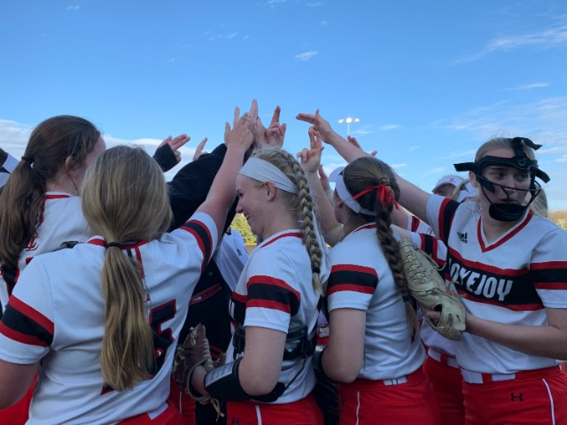 Softball Finishes 4-2 at Turf War Tournament