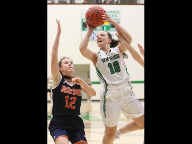 Lady Pointers coast at Clair Bates, 55-33