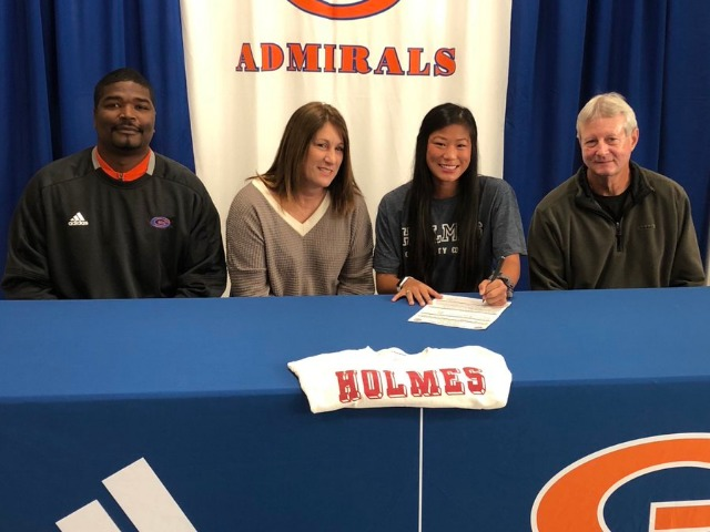 Kayley Holloway signs with Holmes Community College